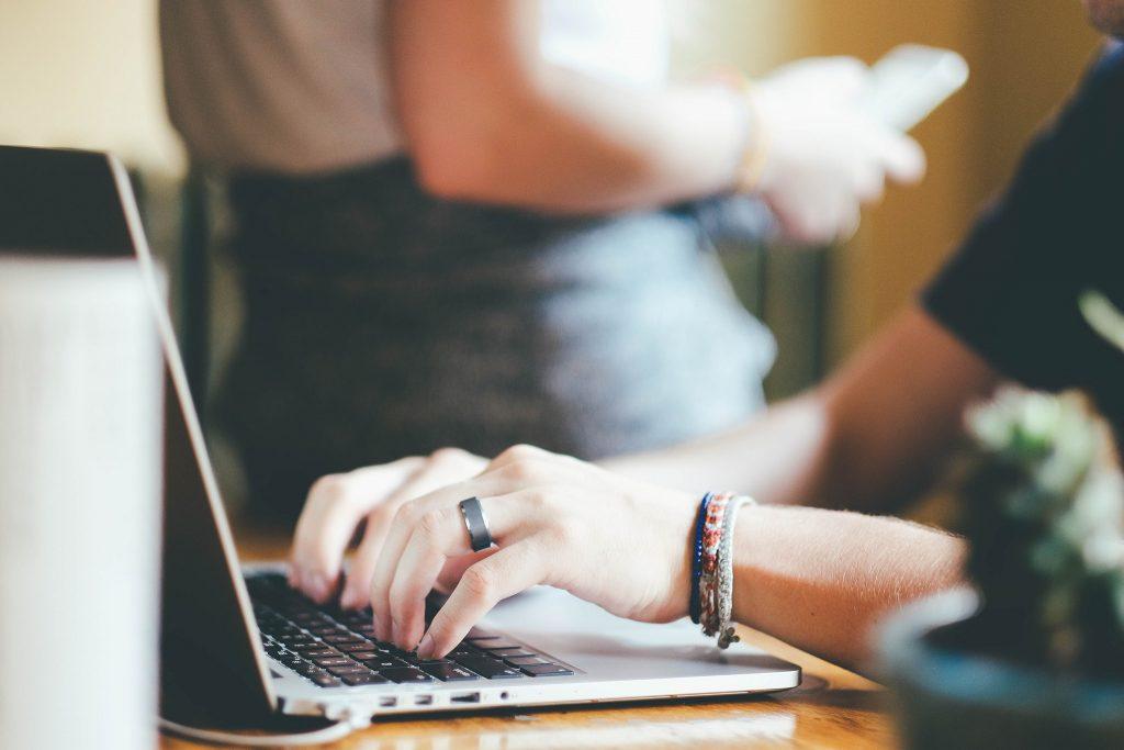 Dame som skriver på tastatur