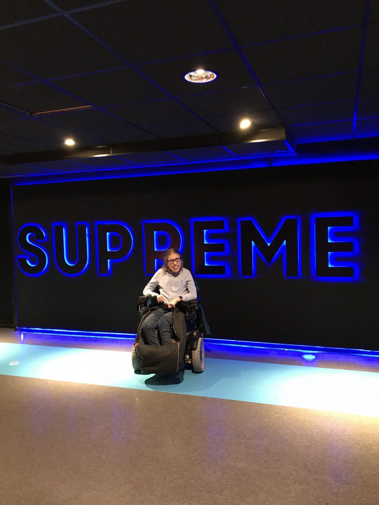 """Forsidebilde - En vegg hvor det står """"Supreme"""" med store bokstaver"""